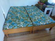 2 Betten mit Schaumstoffmatrazen