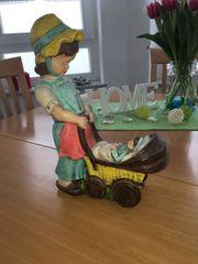 Mädchen mit Puppenwagen Handarbeit