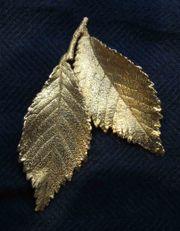 Vergoldete Blätter als Brosche