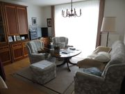 Wohnzimmerschrank und Couchgarnitur