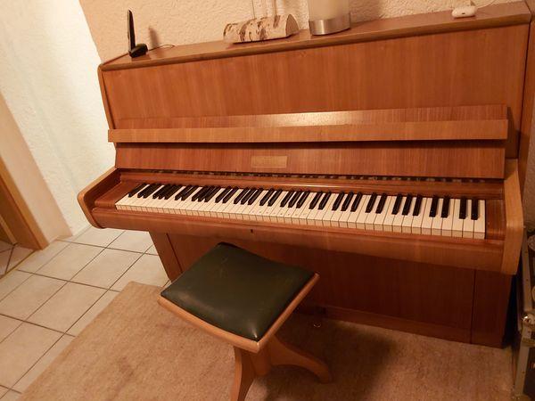 Klavier der Marke Weiss