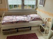 Tagesbett mit Nachttisch