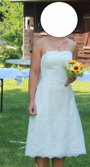Knielanges schickes weißes Kleid