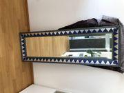 Großer Wandspiegel in Holzrahmen