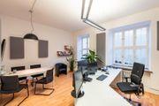 Helles möbliertes Einzelbüro mit Besprechungstisch