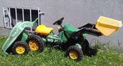 Traktor mit Anhänger und Wasserfass