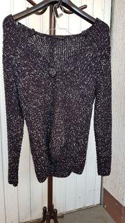 Ein schwarzer Strick-Cardigan mit Glamour