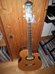 neuwertige elektroakustische Gitarre Yamaha