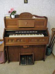 Harmonium älter spielt noch braun