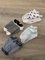 Verschiedene getragene kleine Alltags Socken