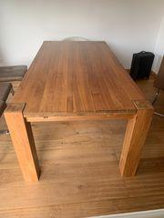 Holztisch in einem schönem Braunton