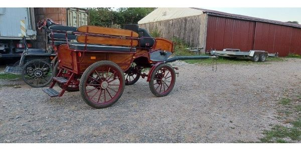 neuwertige Wagonette in rot