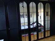 großer schwarzer Kleiderschrank mit Spiegeln