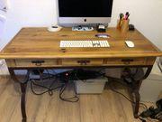 Stilvoller Schreibtisch im Landhausstil aus