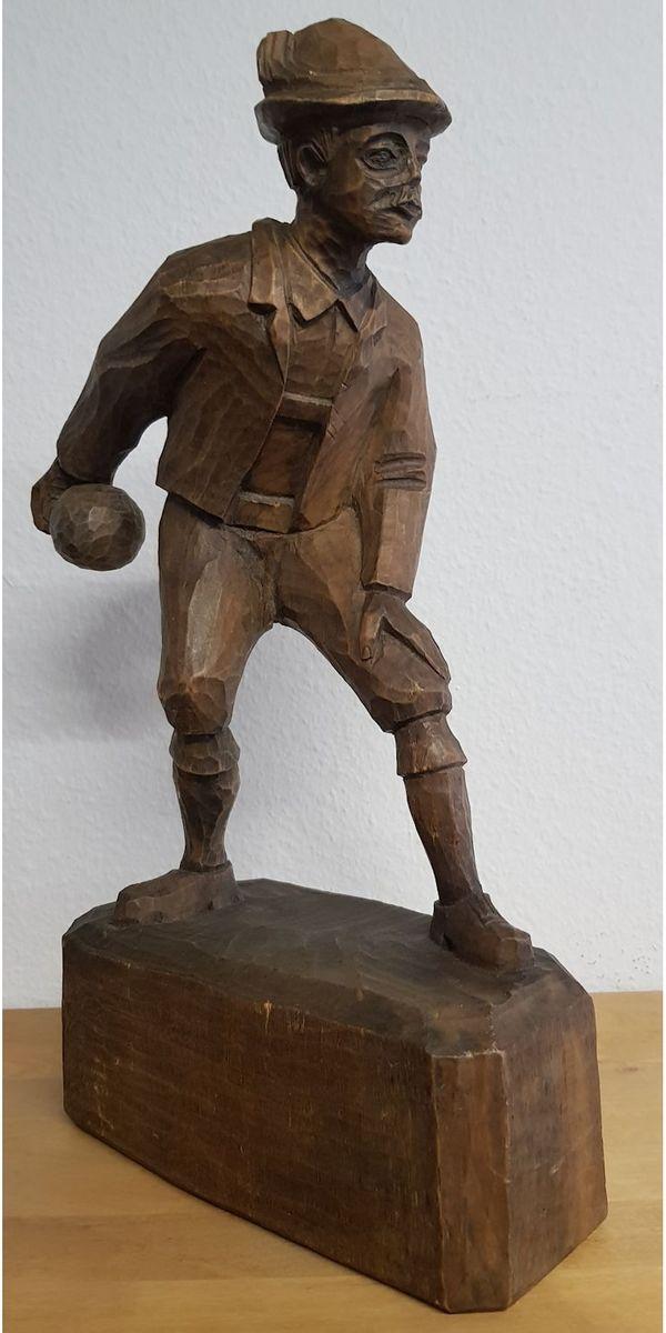 Alte Holzfigur Kegler auf Sockel
