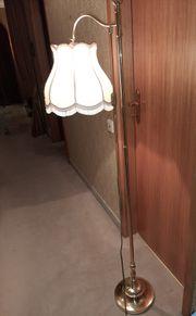 Stehlampe mit Fransenschirm und Messingfuss