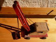 altes Holzspielzeug Krahn mit Greifschaufel