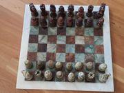 Marmor-Schachbrett mit Figuren